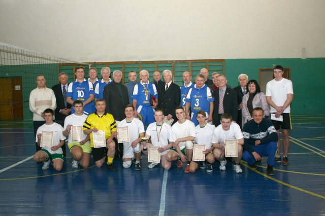 Учасники матчевої зустрічі з волейболу присвяченої 70 річчю Ростислава Калюжного