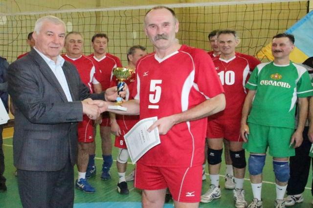 Нагороду за перемогу приймає капітан команди КПМА «Київ» - майстер спорту міжнародного класу СРСР Павло Воронков