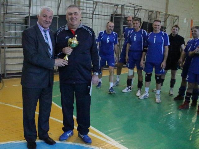 Чергову нагороду за перемогу команди КПМА «Київ» отримує її представник - Анатолій Стасенко
