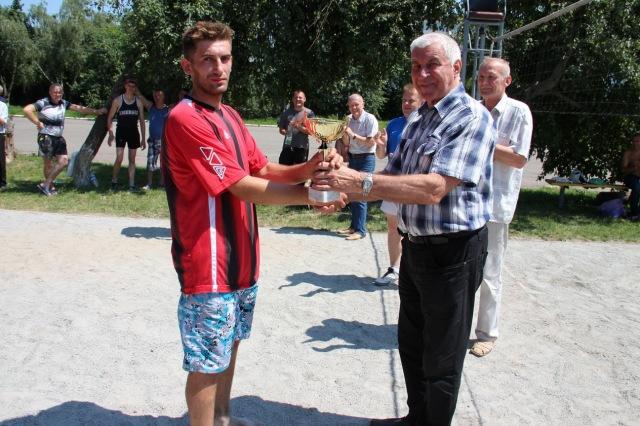Кубок за перемогу з рук олімпійського чемпіону Володимира Іванова
