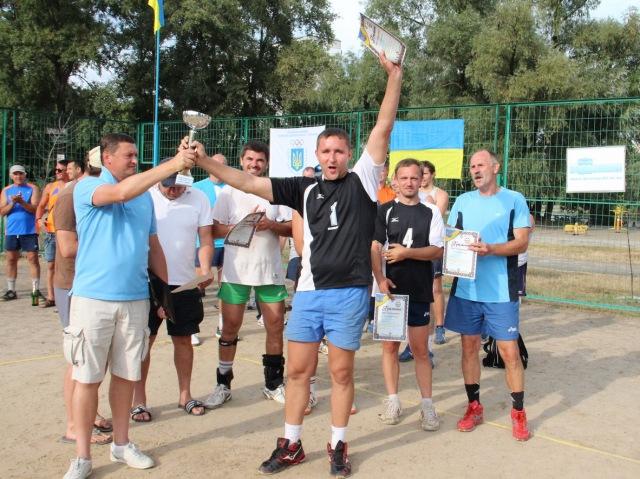 Кубок за перемогу у турнірі отримує капітан команди RICH (Київ) Богдан Сорока