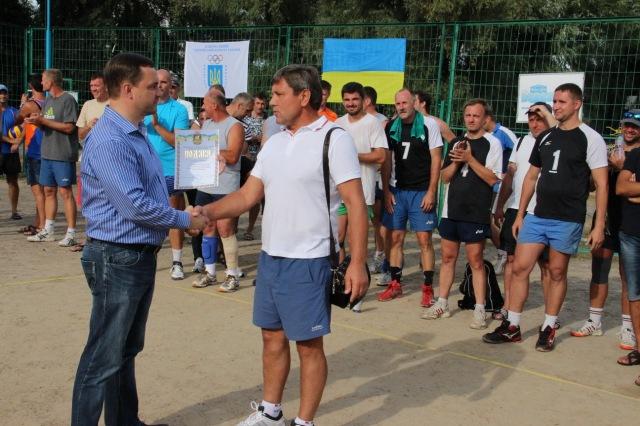 Подяку від місцевої влади меценату волейболу Анатолію Серпутько вручає Голова Дніпровської  райдержадміністрації  Ярослав Горбунов