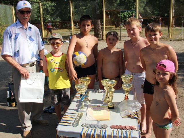 Почесний майстер спорту Юрій Крюков та юні вболівальники