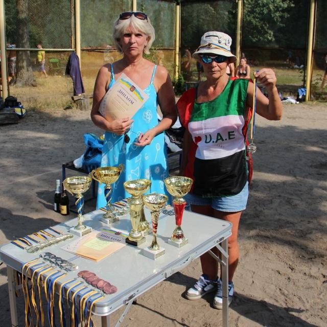 Секретар суддівської команди Ірина Руденко та ветеран волейболу Тамара Сипкова