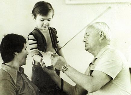 Вадим та Марія Андрієвські вчать тримати зброю онучку Олександру