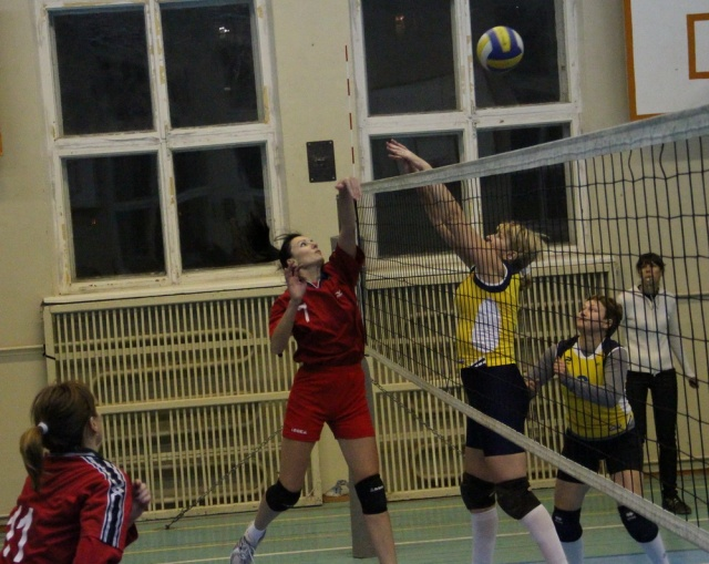 Момент змагання жіночих команд Києва та Харкова
