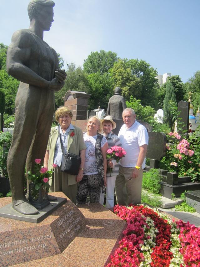 Покладення квітів до пам ятнику семиразового олімпійського чемпіона Бориса Шахліна