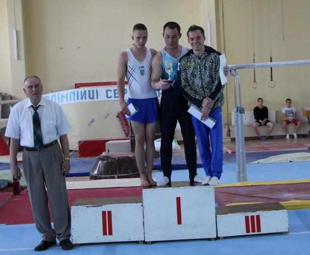 Заслужений тренер України В. Жевноватий з переможцями турніру