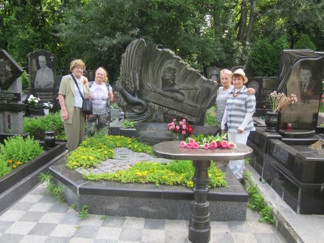 цветы к памятнику пятикратной олимпийской чемпионки Полине Астаховой